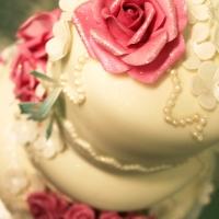 3-våningstårta med rosor, fjärilar och glitter