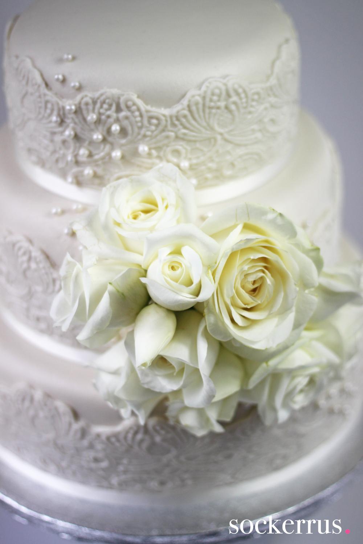 3773e53fc87f Wedding cake with white roses